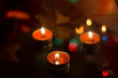 Bougies de cire dans la perspective d'une guirlande Images stock