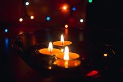 Bougies de cire dans la perspective d'une guirlande Image libre de droits