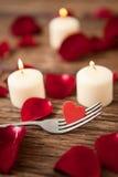 Bougies de cire entourées avec des pétales de rose Photos libres de droits