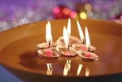 bougies de cuvette de bateau flottant l'eau de papier Photos stock