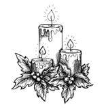 Bougies de dessin graphique et baies et feuilles de houx. croquis à main levée à l'encre Images stock