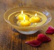 Bougies de flottement dans l'eau Images stock