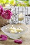 Bougies de flottement dans l'eau Image stock
