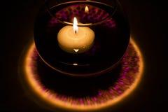 Bougies de flottement dans un pot avec de l'eau Photo libre de droits