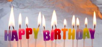 Bougies de joyeux anniversaire allumées. Image libre de droits