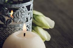 Bougies de Lit et fleurs blanches sur la table rustique foncée Image libre de droits