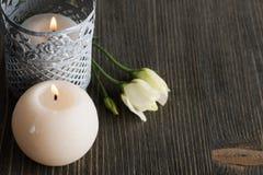Bougies de Lit et fleurs blanches sur la table rustique foncée Images libres de droits