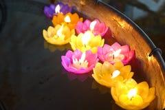 Bougies de Lotus dans un temple bouddhiste Images libres de droits