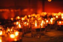 Bougies de lumière Bougies de Noël brûlant la nuit Photos libres de droits