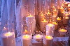 Bougies de lumière Bougies de Noël brûlant la nuit L'abstrait mire le fond Photos libres de droits