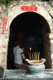 Bougies de mise à feu et femme unfocused dans le bouddhiste Images stock