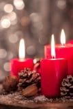 Bougies de Noël avec des décorations de Noël, Noël ou l'atmosphère de nouvelle année Photographie stock