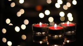 Bougies de Noël avec des lumières de Bokeh clips vidéos
