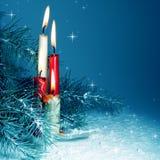 Bougies de Noël brûlant la nuit Photos stock