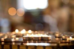 Bougies de Noël brûlant la nuit Image stock