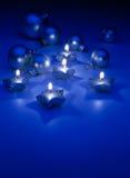 Bougies de Noël d'art sur un fond bleu Photographie stock