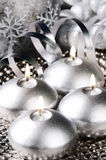Bougies de Noël dans le son argenté photos stock
