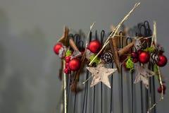 Bougies de Noël de décorations sur le fond gris Images stock