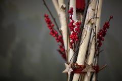 Bougies de Noël de décorations sur le fond gris Photographie stock libre de droits
