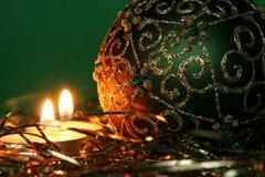 Bougies de Noël et ornements de bille Photographie stock