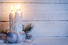 Bougies de Noël sur le fond de panneaux blancs de vintage Photo libre de droits