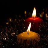 Bougies de Noël sur le noir Images stock