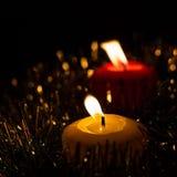 Bougies de Noël sur le noir Image libre de droits