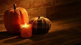 Bougies de récolte d'automne et Pumkins brodé sur la rétro vidéo en bois de fond banque de vidéos