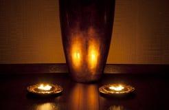 Bougies de réflexion de vase dans la STATION THERMALE Image libre de droits