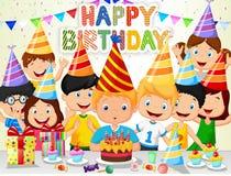 Bougies de soufflement d'anniversaire de bande dessinée heureuse de garçon avec ses amis Photos libres de droits