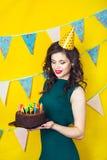 Bougies de soufflement de belle fille caucasienne sur elle gâteau Célébration et partie Photographie stock