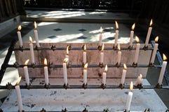 Bougies de souvenir dans l'église Photos stock