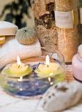Bougies de station thermale dans l'eau Photographie stock libre de droits