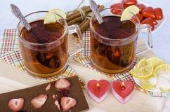 Bougies de thé dans des bâtons de cannelle en forme de coeur Photo stock