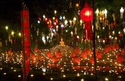 Bougies du feu de moine au Bouddha. Image libre de droits