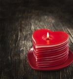 Bougies en forme de coeur brûlantes de rouge Photographie stock