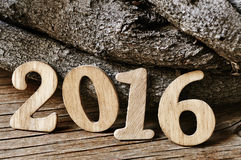 Bougies en forme de nombre de Lit formant le numéro 2016 sur un gâteau Image libre de droits