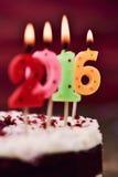 Bougies en forme de nombre de Lit formant le numéro 2016 sur un gâteau Images stock
