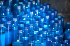 Bougies en plastique bleues d'un sanctuaire avec l'espace de foyer sélectif et de copie pour le texte photographie stock