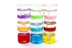 Bougies en verre dans une rangée sur l'un l'autre sur un blanc Photo libre de droits