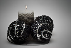 Bougies et billes noires de Noël. Photographie stock libre de droits