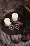 Bougies et cônes sur un plaid de laine Photo libre de droits