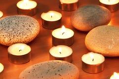 Bougies et cailloux brûlants pour aromatherapy Image libre de droits