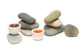 Bougies et cailloux de mer sur le fond blanc Photographie stock