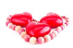 Bougies et collier rouges de coeur Images stock
