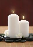 Bougies et fleur lilas blanche Photographie stock libre de droits