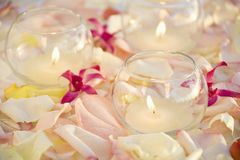 Bougies et fleurs. Photographie stock