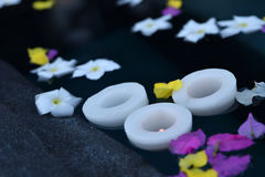 Bougies et fleurs Lizenzfreie Stockfotos