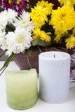 Bougies et fleurs d'isolement sur le blanc Photo stock