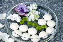 Bougies et fleurs de flottement Photographie stock